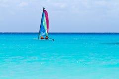 Vela del catamarán en el mar del Caribe de la turquesa Fotos de archivo