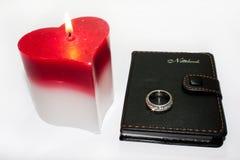 Vela del corazón y anillo de bodas Fotografía de archivo