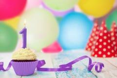 Vela del cumpleaños con el número 1 en la magdalena Fotos de archivo libres de regalías