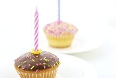Vela del cumpleaños y mollete del chocolate Imagenes de archivo