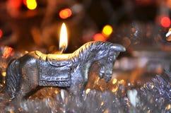 Vela del ` s del Año Nuevo bajo la forma de caballo Imagenes de archivo