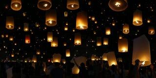 Vela del vuelo durante festival del krathong de Loy fotos de archivo libres de regalías