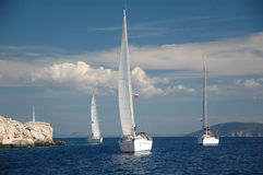 Vela dell'yacht nel mare Fotografie Stock Libere da Diritti