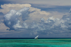 Vela della nuvola di vista di oceano Immagini Stock