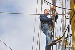 Vela della regolazione del marinaio Immagine Stock