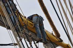 Vela della regolazione del marinaio Fotografie Stock Libere da Diritti