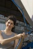 Vela della riparazione della donna sulla barca a vela - verticale Fotografie Stock