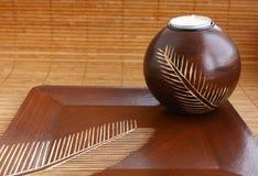 Vela dentro de la palmatoria en la bandeja de madera Imagen de archivo libre de regalías