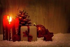 Vela do advento e decoração do Natal isolada na madeira Imagem de Stock