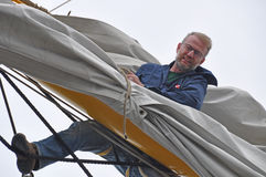 Vela do ajuste do marinheiro Foto de Stock