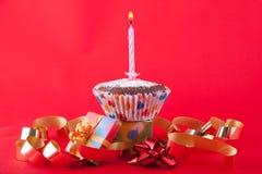 Vela do aniversário em um queque Imagens de Stock