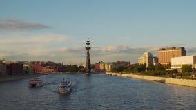 Vela do barco de prazer através do rio de Moscou na noite Fotos de Stock