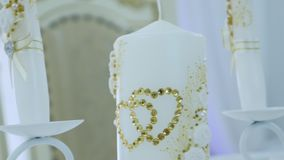 Vela do casamento com decorações e cristais de rocha vídeos de arquivo