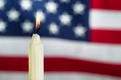 Vela do Lit com a bandeira para fora borrada dos EUA no fundo Fotos de Stock Royalty Free