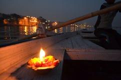 Vela do Lit em um barco na noite no Ganges River em Varanasi, Índia Fotografia de Stock