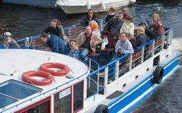 Vela dos turistas no ônibus do rio, St Petersburg Fotografia de Stock