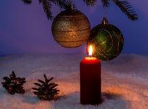 Vela e bolas ardentes do Natal em um ramo Imagens de Stock