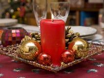 Vela e bolas vermelhas na decoração do Natal foto de stock
