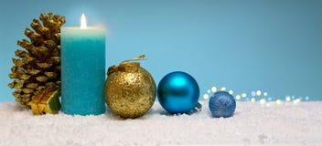 Vela e decoração azuis do advento Fundo do Natal Imagens de Stock Royalty Free