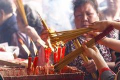 Vela e incienso de la quemadura Imagen de archivo libre de regalías