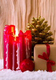 Vela e presente vermelhos do advento Fotografia de Stock Royalty Free