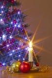 Vela e quinquilharias do Natal imagens de stock