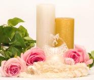 vela e rosas brancas Fotos de Stock