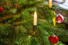 Vela eléctrica en un árbol de navidad Imagen de archivo libre de regalías