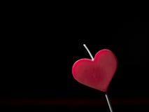 Vela en forma de corazón Fondo negro Fotos de archivo libres de regalías