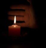 Vela en la oscuridad Fotografía de archivo libre de regalías