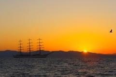 Vela en la puesta del sol Foto de archivo libre de regalías