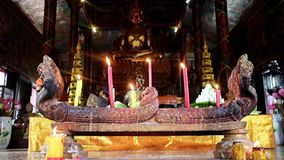 Vela en piso en el templo budista almacen de video