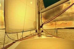 Vela en puesta del sol Fotos de archivo
