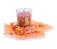 Vela en un ambiente de las hojas de otoño Fotos de archivo