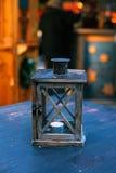 Vela en una palmatoria en una tabla de madera Estilo adornado rústico Foto de archivo