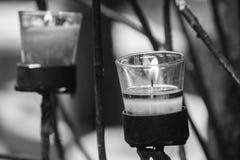 Vela en vidrio en tenedor de la palmatoria en estilo del vintage Fotografía de archivo