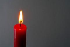 Vela encendida roja (2) Foto de archivo libre de regalías