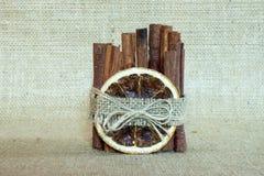 Vela feito a mão usando-se com canela e laranja Fotos de Stock