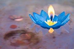 Vela flotante en la fe del budismo Fotos de archivo
