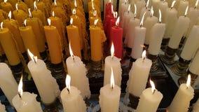 A vela ilumina acima a oferta ao Godness Fotos de Stock Royalty Free
