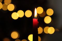 A vela ilumina a tristeza do Natal Imagens de Stock Royalty Free