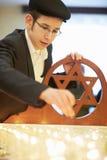 Vela judaica nova do funeral da iluminação do menino imagem de stock royalty free
