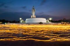 Vela ligera con la imagen de Buda en el crepúsculo Fotos de archivo libres de regalías