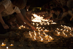 Vela ligera de la gente para pagar respecto a la reliquia de Buda Foto de archivo libre de regalías