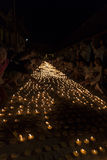Vela ligera de la gente para pagar respecto a la reliquia de Buda Fotos de archivo libres de regalías