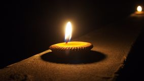 Vela lisa ardente na noite isolada no fundo escuro Imagens de Stock