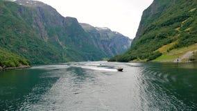 Vela na baía bonita dos fiordes noruegueses com Crystal Clear Water filme