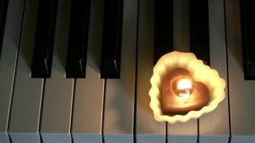 Vela na chave do piano video estoque
