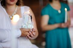 Vela nas mãos dos recém-casados casamento Fotografia de Stock Royalty Free