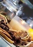 Vela, palillos de cinamomo y naranja seca Imagenes de archivo